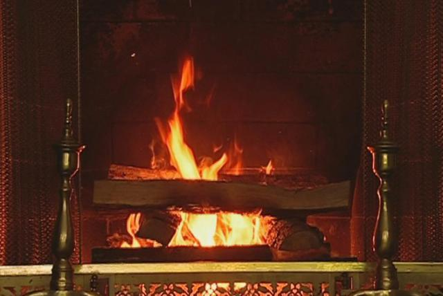 The Christmas Song (Chestnuts Roasting On an Open Fire) (Christmas Classics: The Yule Log Edition)